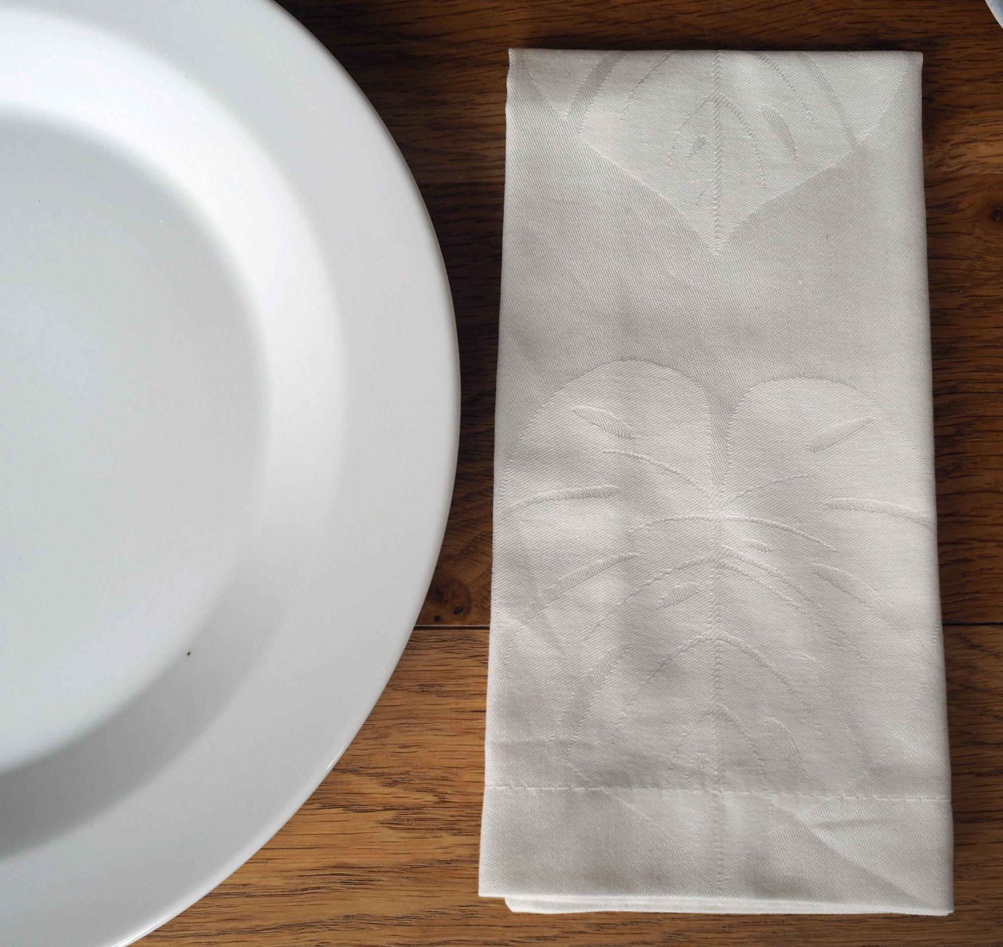 white-table-setting-james-martin-denby-plates-leaf-linen-napkin