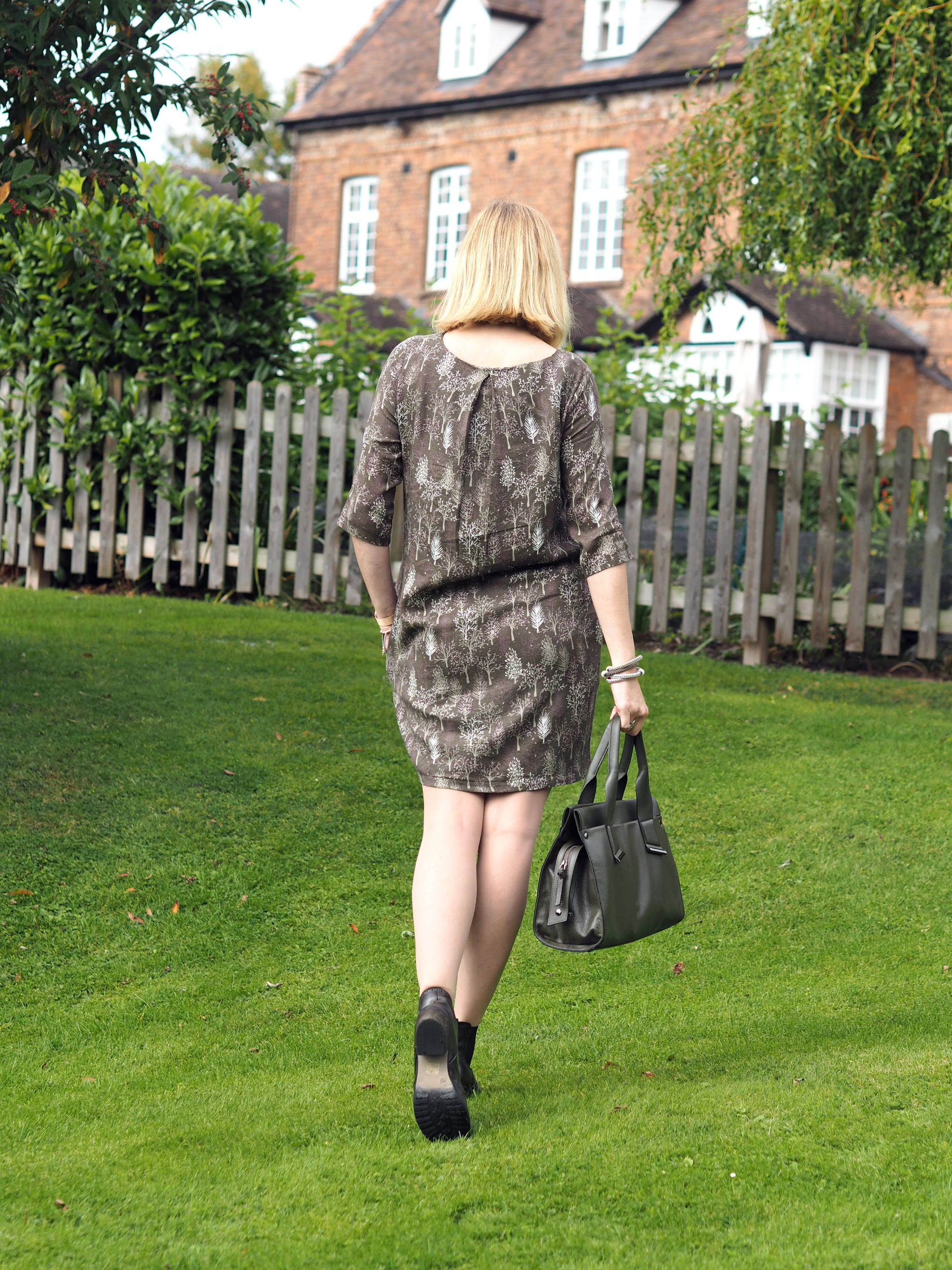 what-lizzy-loves-khaki-print-dress-chelsea-boots-handbag