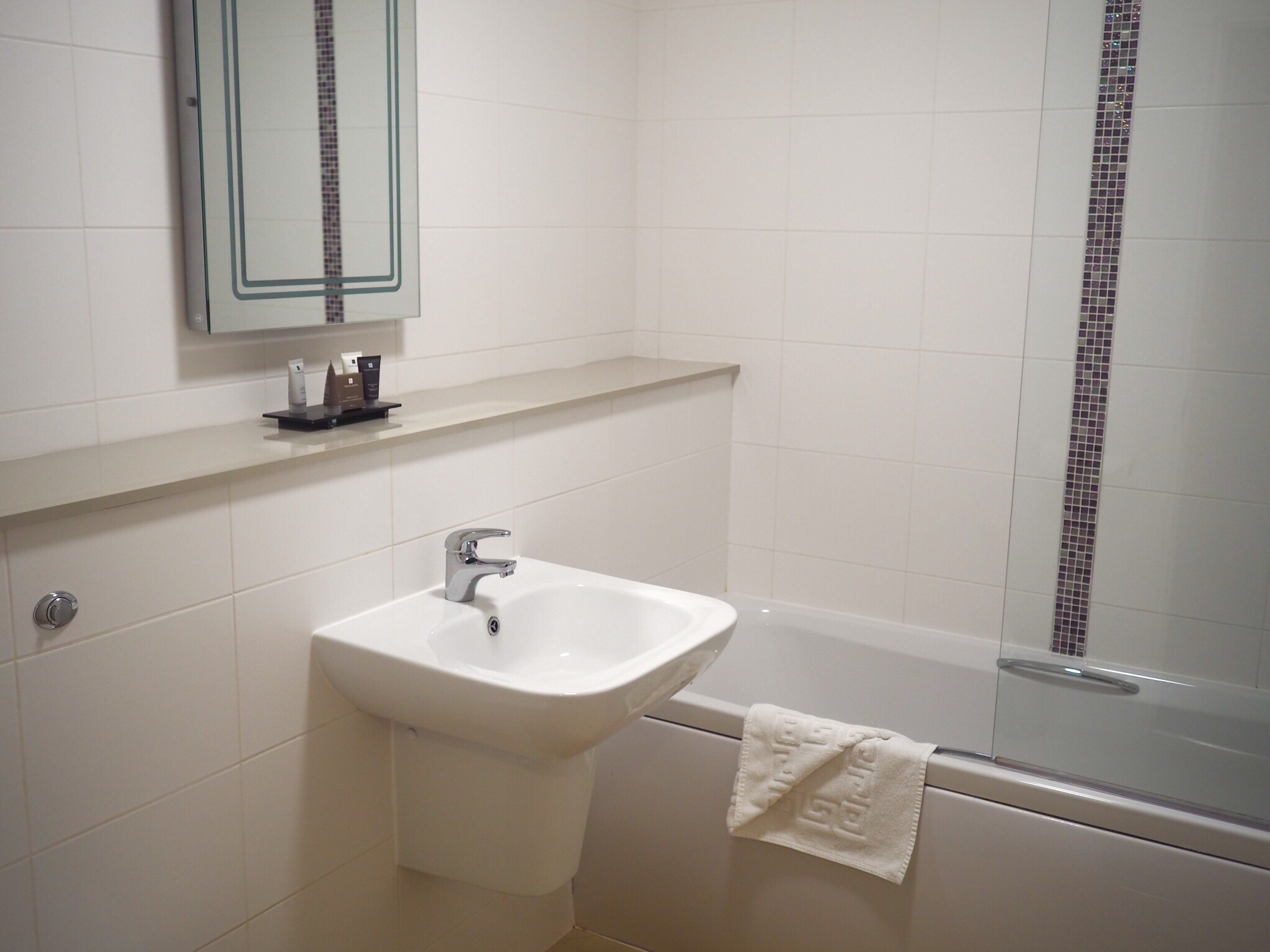 what-lizzy-loves-bank-house-hotel-worsecetr-review-bathroom