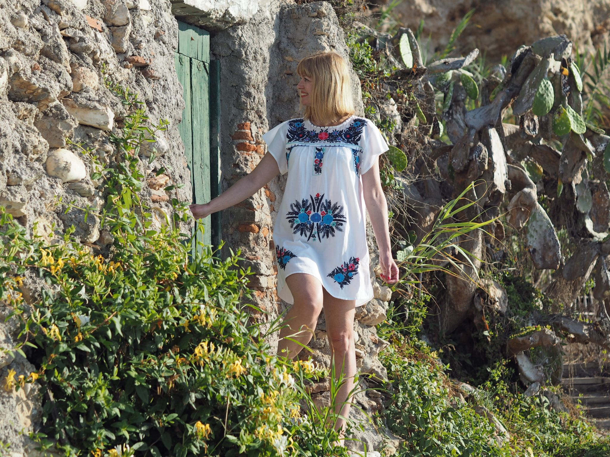 what-lizzy-loves-holiday-outfits-holidayoutfits-white-embroidered-beach-dress-green-door-nerja