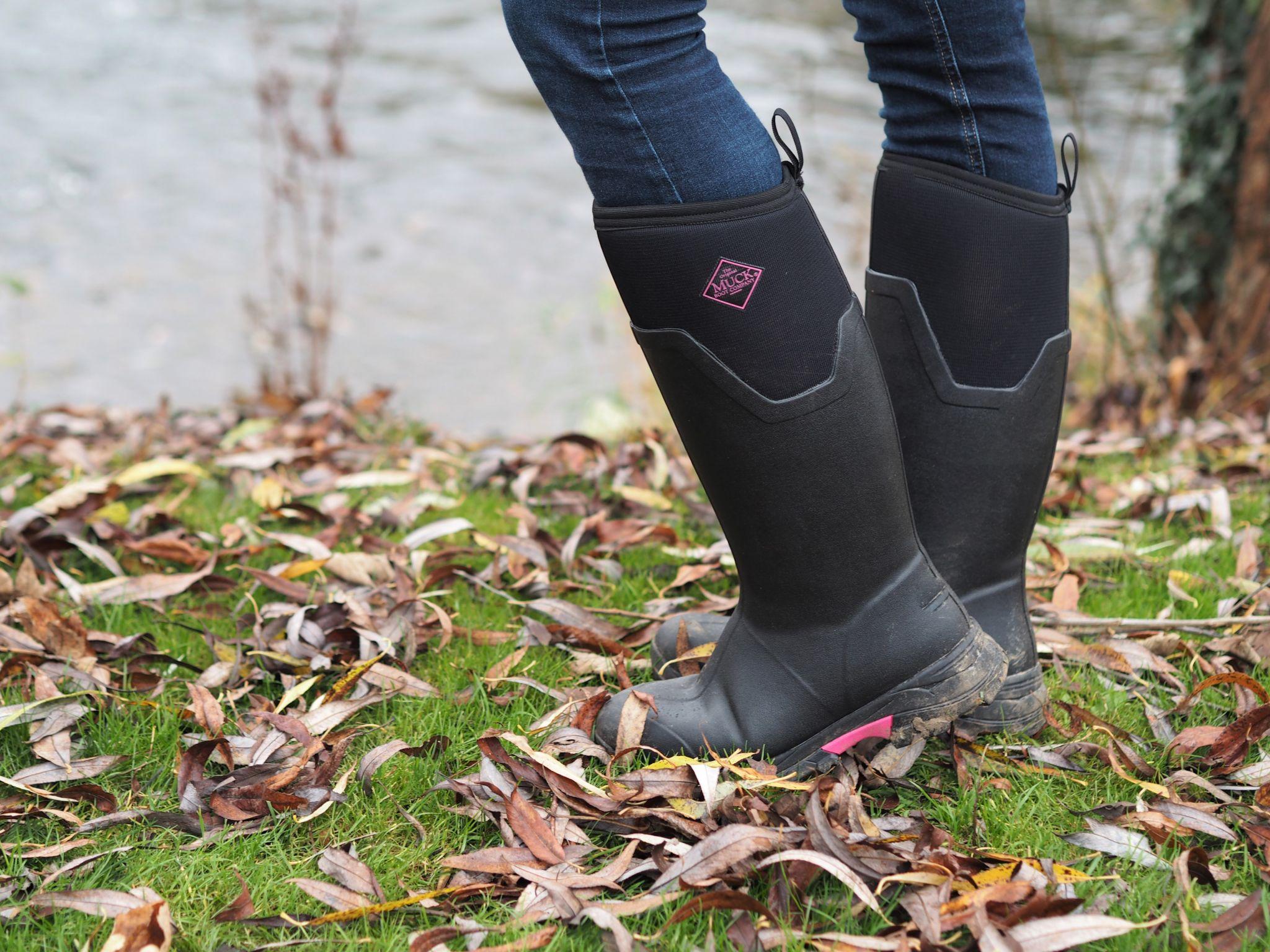 black neoprenen muck boots wellies with pink trim